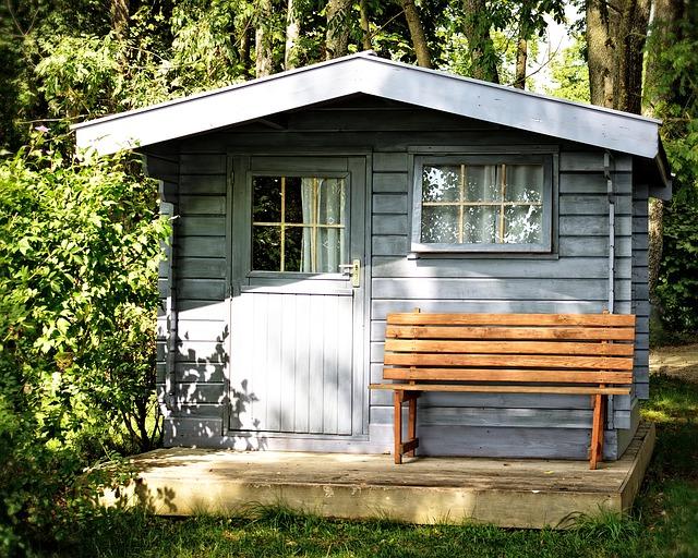 Gartenhaus mit Bank